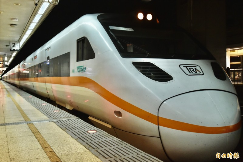 普悠瑪翻車事故今天屆滿週年,今下午16:49分台鐵全線列車鳴笛3秒鐘。(記者塗建榮攝)