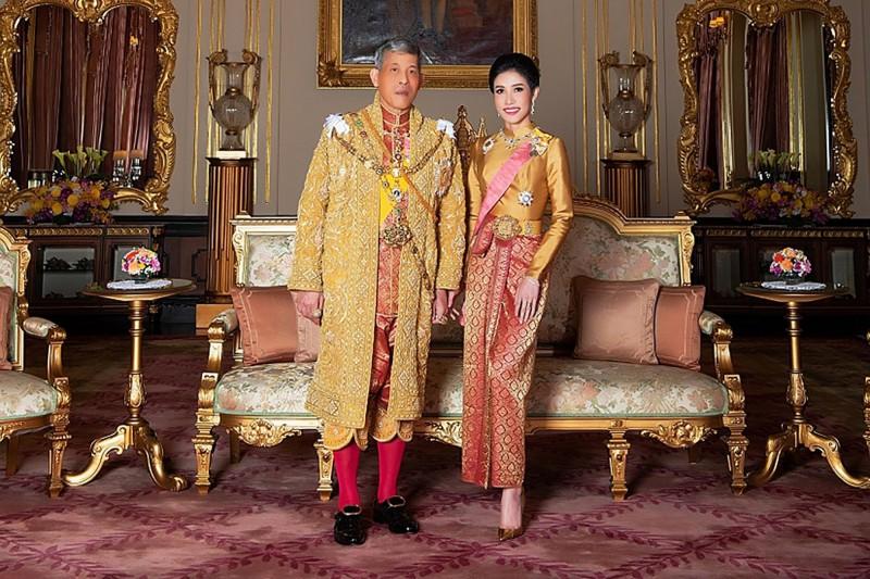 瓦吉拉隆功在冊封第4任妻子素提達為王后3個月後,今年7月「納妃」,將他34歲情婦詩妮娜正式冊封為貴妃。(法新社)