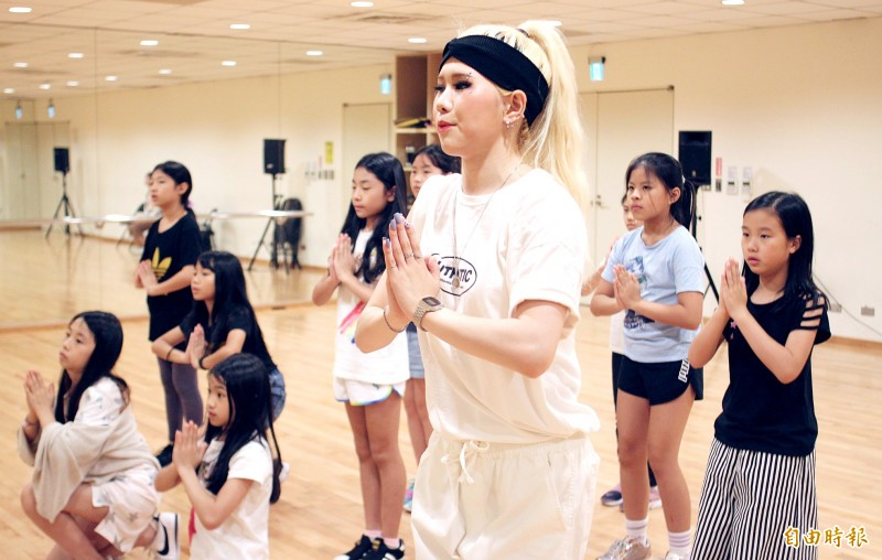 South Korean musical actress Song In-mi, center, leads a class on Aug. 24 in K-pop singing and acting techniques.  Photo: Davina Tham, Taipei Times