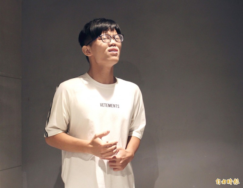 Tom Tsai belts out a song on Aug. 24 as part of an audition taping during a class organized by K-pop training center Dr Korea.  Photo: Davina Tham, Taipei Times