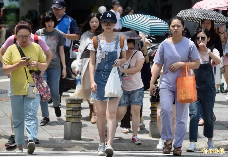 北台灣及東半部地區約26至、28度,中南部仍可上看32度。(資料照)