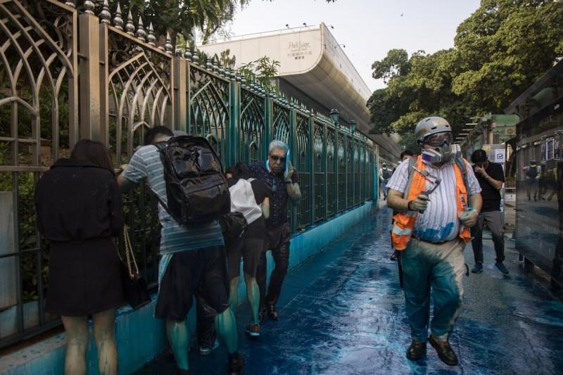 港警昨日以水炮車驅離示威群眾,期間曾以藍色水柱直射九龍清真寺及寺外人群。香港印度協會前主席Mohan Chugani(圖中白髮者)表示,港警已經沒了人性。(美聯社)