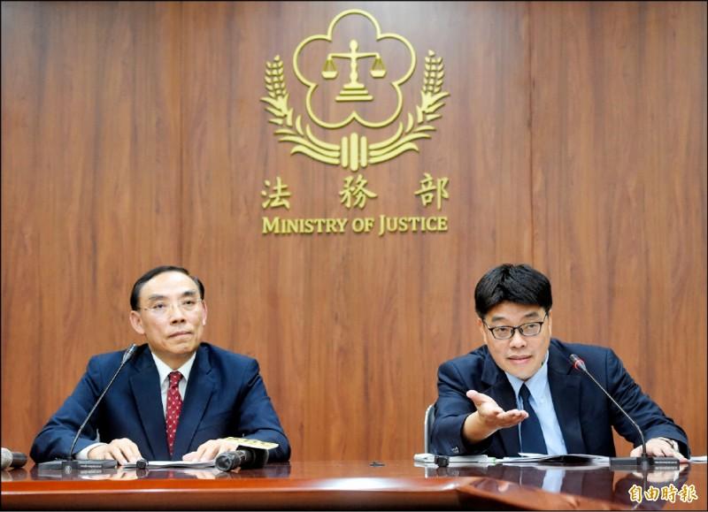 針對港女命案,法務部長蔡清祥與陸委會副主委邱垂正昨召開記者會,提出處理「三原則、兩方案」。(記者方賓照攝)