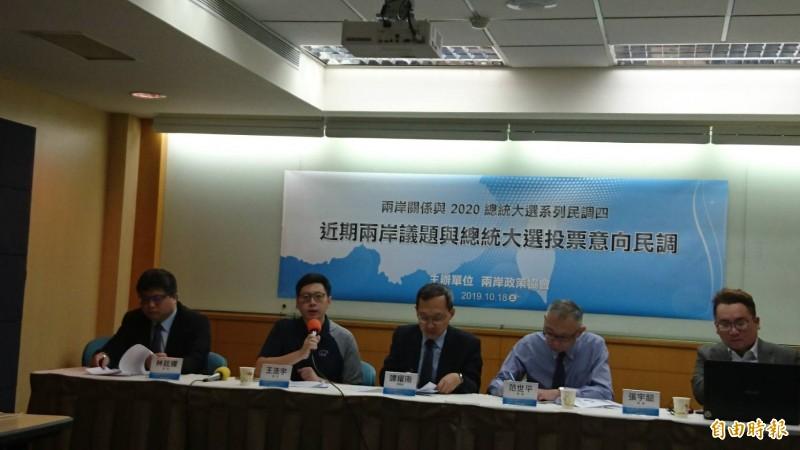 根據兩岸政策協會民調顯示,在僅有蔡韓兩人參選情況下,蔡英文支持度50.8%,勝過韓國瑜(34.4%)16.4個百分點。(記者鍾麗華攝)