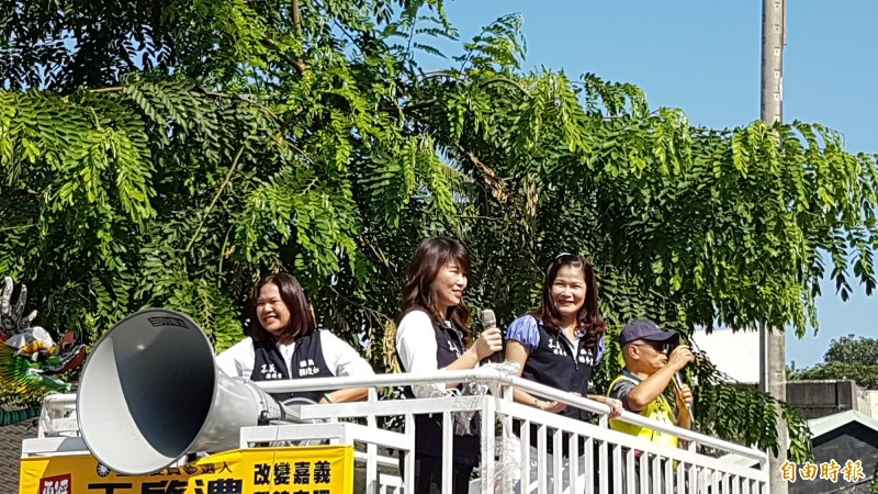 韓國瑜到嘉義縣水上鄉璿宿上天宮參拜,縣議員楊秀琴(右起)、詹琬蓁、賴瓊如到場支持。(記者林宜樟攝)