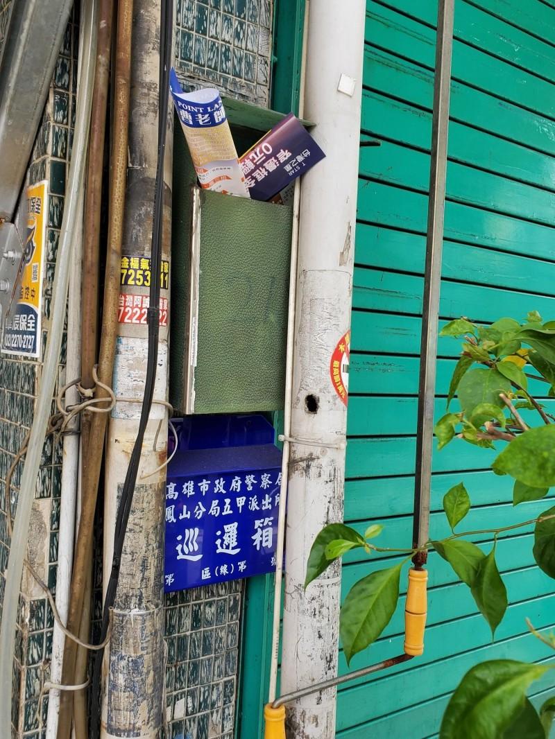 警方於鳳山區里長聯誼會會長蘇志明服務處設巡邏箱。(記者陳文嬋攝)