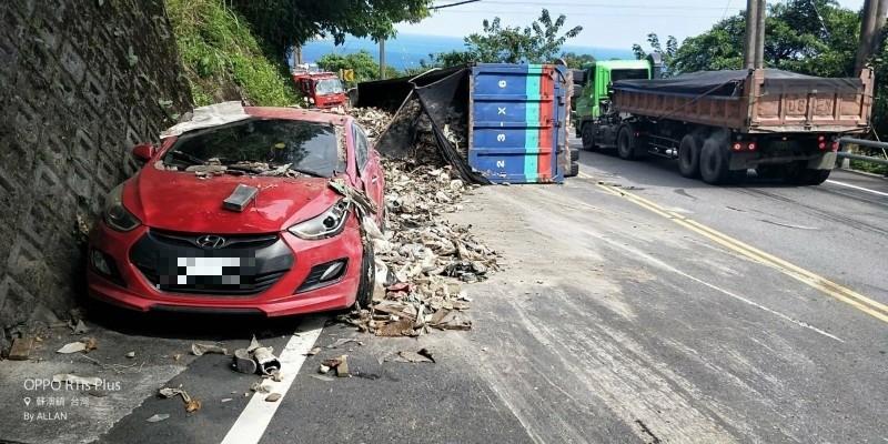 台9線蘇花公路114.7公里處有大貨車翻覆,小轎車受到波及,共3人受傷送醫。(記者張議晨翻攝)