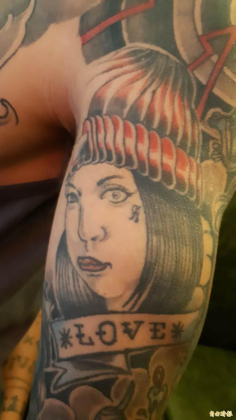 陳秋強愛老婆,在手臂刺青刺上老婆的原住民模樣。(記者黃明堂攝)