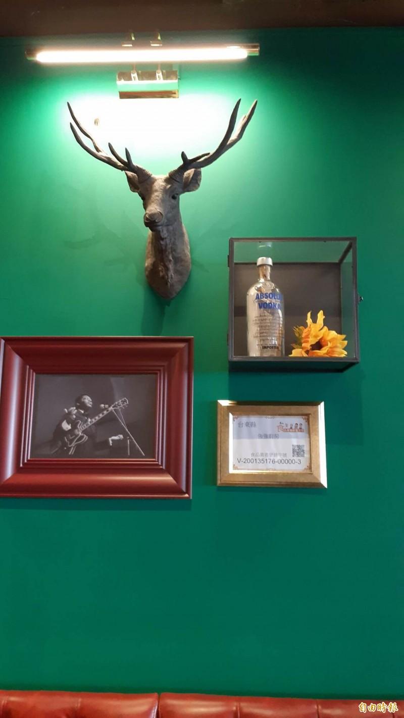 強強餐館的牆上掛著玻璃瓶,裡面是陳思宜寫給陳秋強的第一封情書。(記者黃明堂攝)