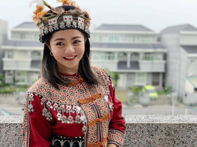 今年9月,陳思宜穿排灣族傳統服裝,由陳秋強拍下這張美照,讓她成為最美的老闆娘。(記者黃明堂翻攝)