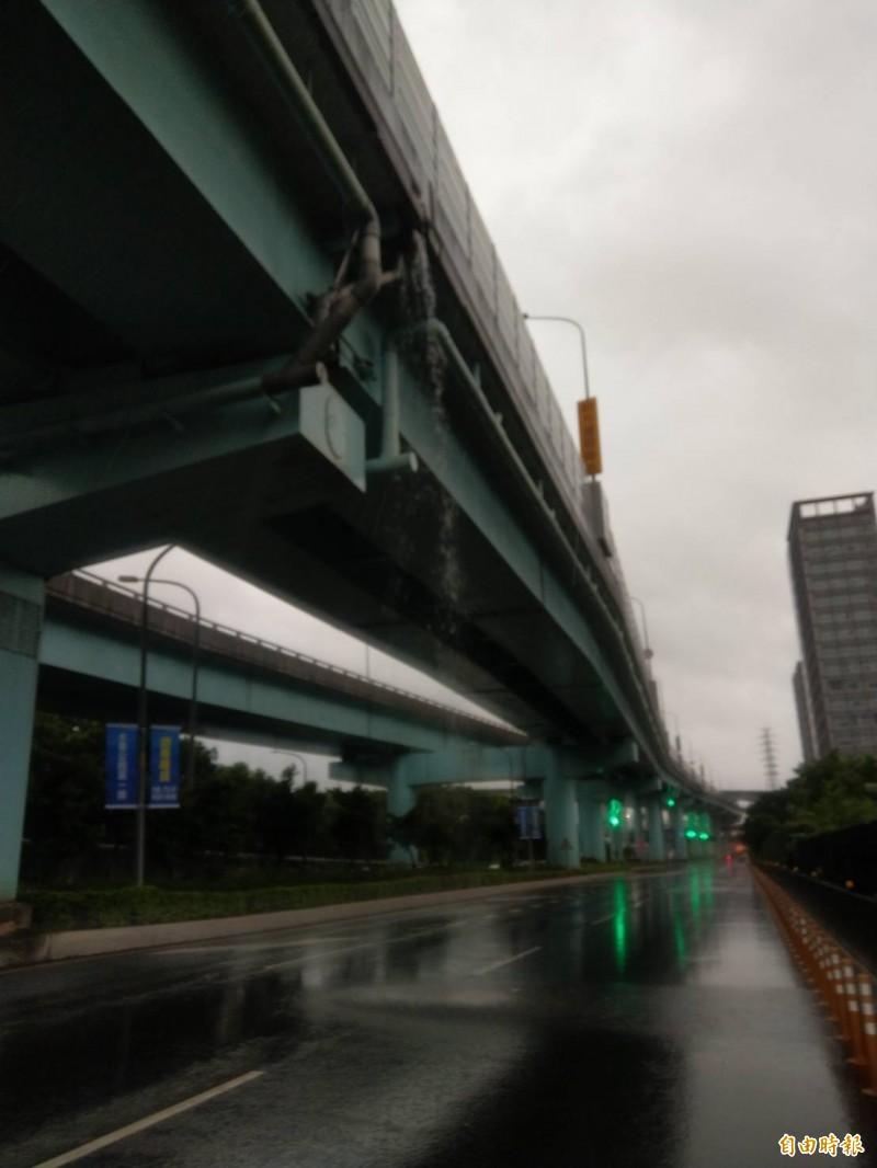 大雨排水不及瀑布成災 台65線橋下安全藏隱憂