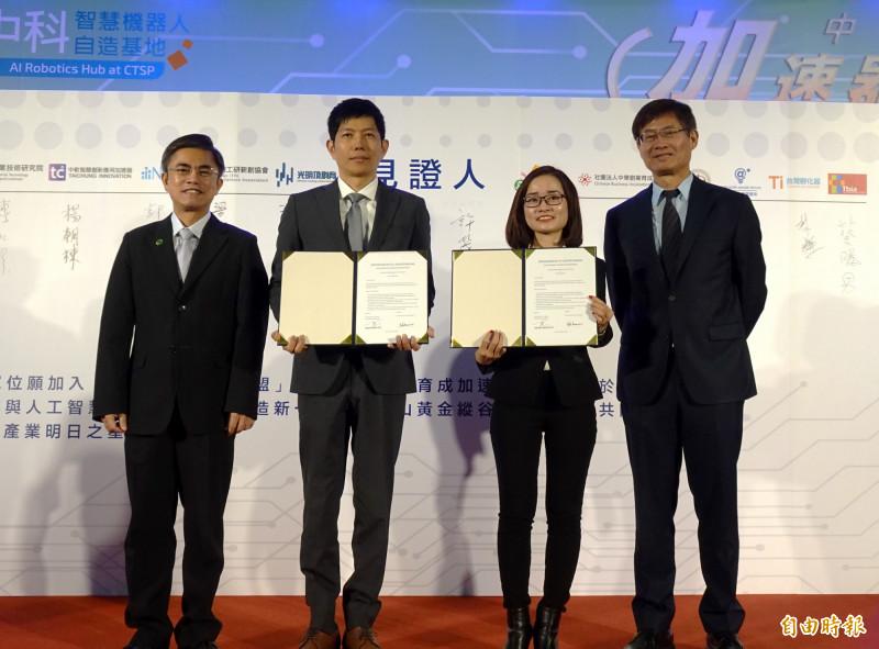 在科技部次長許有進(右1)、中科管理局長許茂新(左1)見證下,越南峴港孵化器總監Nhi Nguyen(右2)與格斯科技營運長葉國偉(左2)簽署合作備忘錄。(記者張菁雅攝)