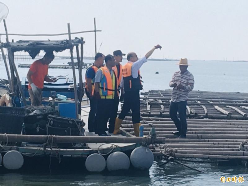 韓國瑜拿牡蠣展示。(記者蔡宗勳攝)