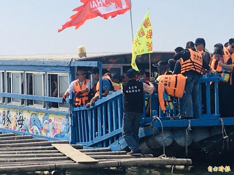 韓國瑜搭乘海豚號出海。(記者蔡宗勳攝)