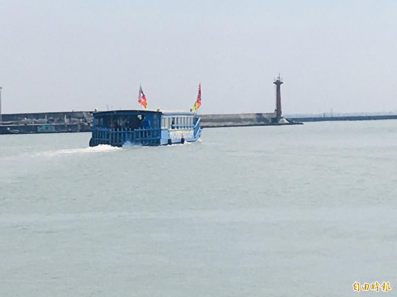 韓國瑜今天下午參訪嘉義縣東石鄉,搭乘海豚號出海。(記者蔡宗勳攝)