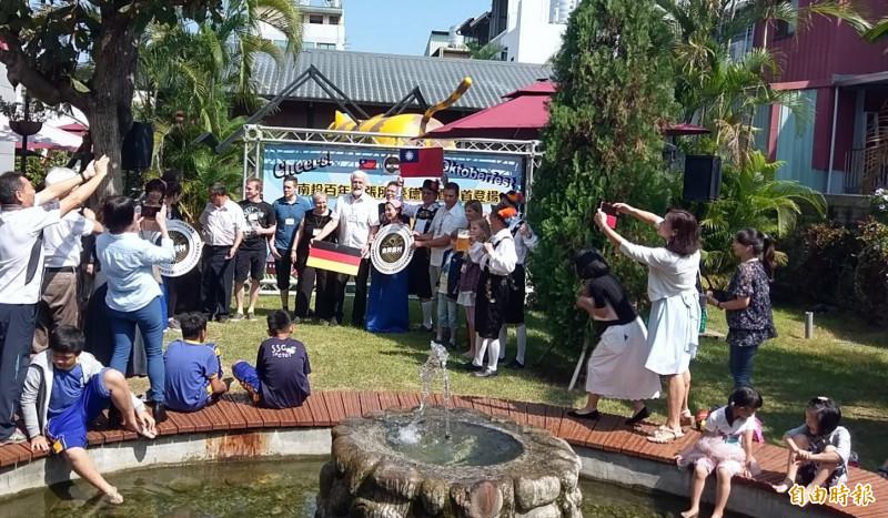 德國金牌農村人員前來參與在南投的「金牌農村」啤酒趴,受到大家熱烈歡迎。(記者謝介裕攝)