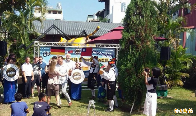 德國金牌農村人員前在南投的「金牌農村」啤酒趴中,手舞足蹈情形。(記者謝介裕攝)