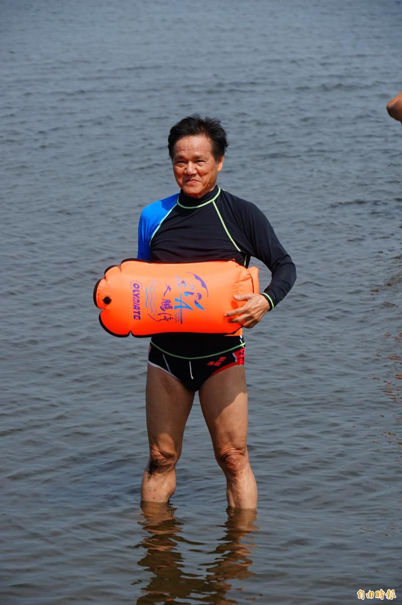 屏東縣沿山晨泳協會理事長林金元駐顏有術,被朋友笑稱「美魔男」,根本看不出已76歲,他直說就是因為游泳健身的緣故。(記者陳彥廷攝)