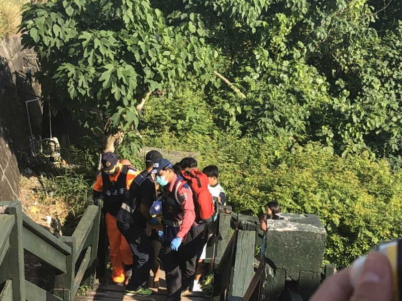 墾丁小灣傳溺水意外,海巡人員獲報緊急救起48歲男遊客,當時他失去生命跡象,送醫急救仍回天乏術。(記者蔡宗憲翻攝)