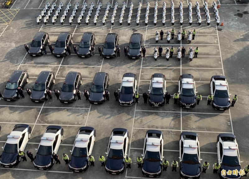 縣警局150輛嶄新警用機車、巡邏車壯觀排開,員警站列兩側,被封「超狂開箱文!」(記者湯世名攝)