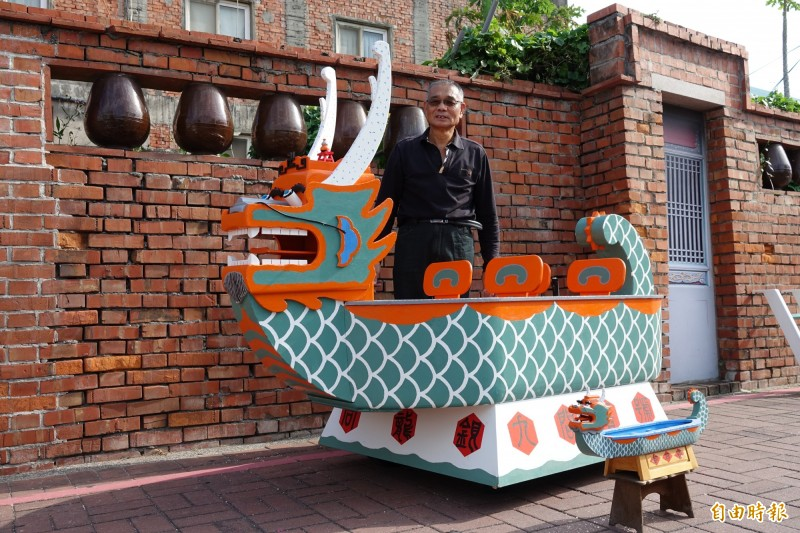 疼孫的木匠阿公周右裕,手工打造全世界獨一無二的龍船娃娃車,讓四個孫娃都可以逛大街。(記者劉曉欣攝)