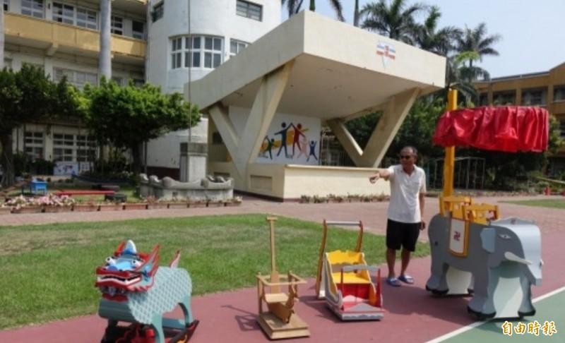 疼孫的木匠阿公周右裕,手工打造全世界獨一無二的(由左至右)玉麒麟搖搖椅、小鹿鹿學步車、幼幼版雪車以及大象娃娃車。(資料照)