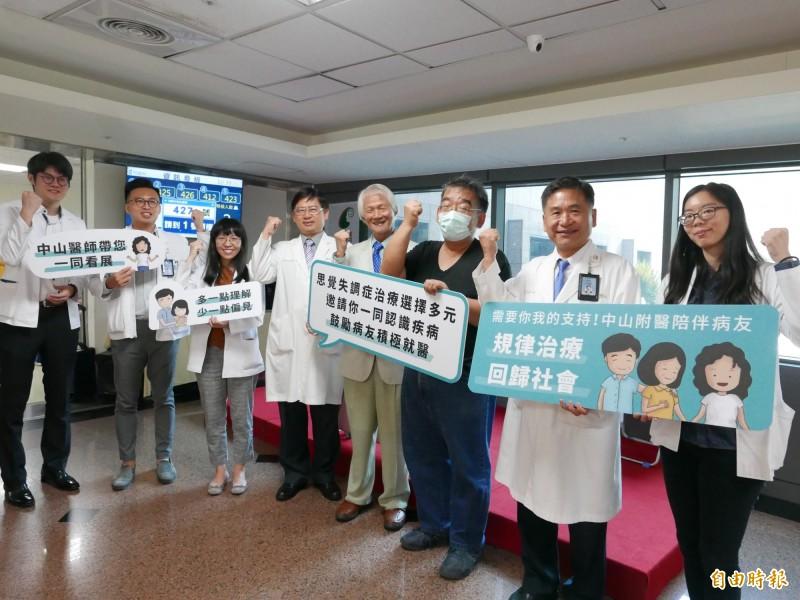 醫師賴德仁(右2)、胡海國(右4)、李俊德(右5)與患者蔡先生呼籲精神病友及早和穩定接受治療。(記者蔡淑媛攝)