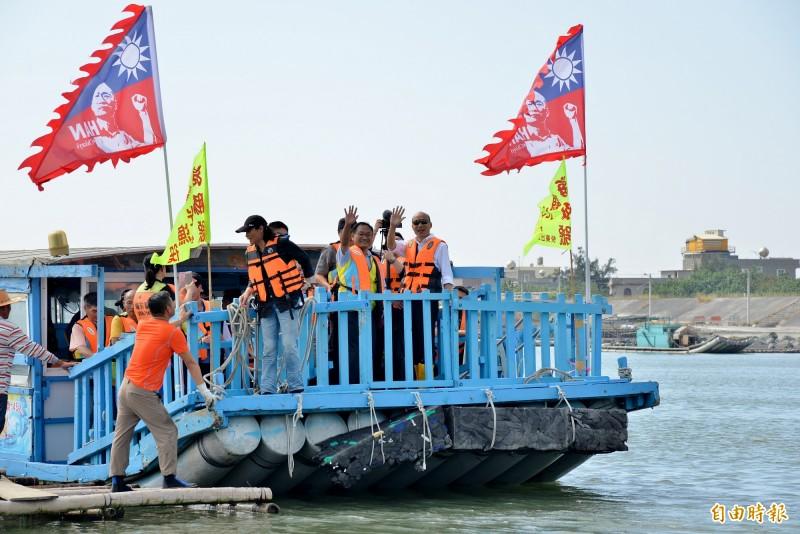 韓國瑜搭乘的採蚵船上還插著競選旗幟。(記者許麗娟攝)
