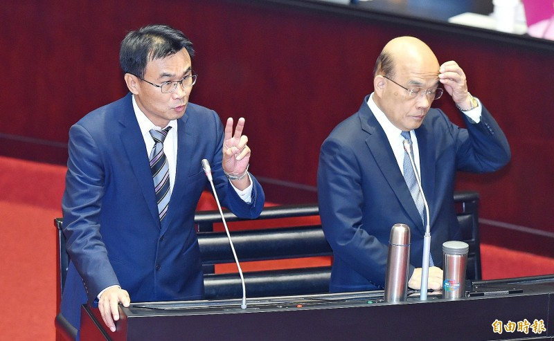 Premier Su Tseng-chang, right, and Council of Agriculture Minister Chen Chi-chung take part in a question-and-answer session at the Legislative Yuan in Taipei yesterday. Photo: Liao Chen-huei, Taipei Times