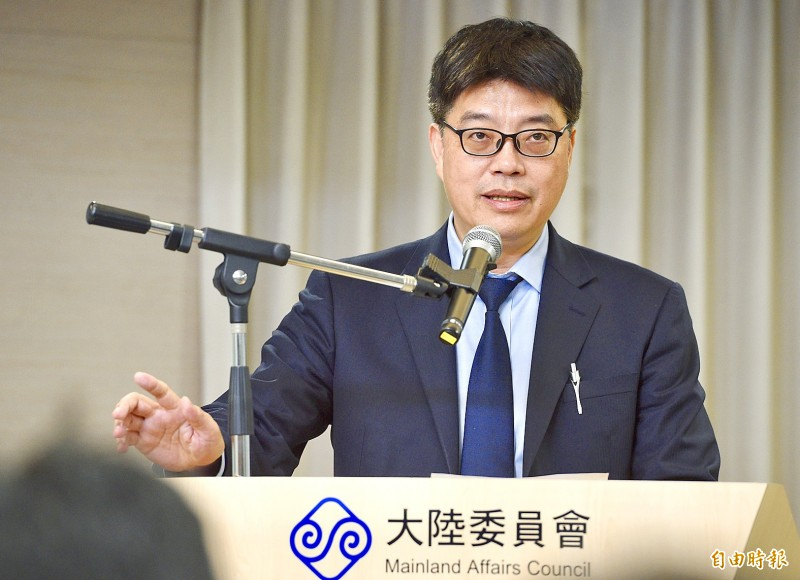 Mainland Affairs Council Deputy Minister Chiu Chui-cheng holds a news conference in Taipei yesterday about the council's handling of a Hong Kong suspect wanted for murder in Taiwan. Photo: Peter Lo, Taipei Times