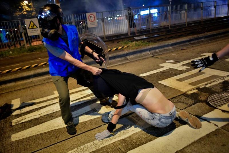 在外媒的照片中有女性示威者被港警粗暴對待,衣服被掀起,引起關注。(美聯社)