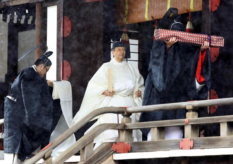 德仁天皇身穿純白「帛御袍」。(美聯社)