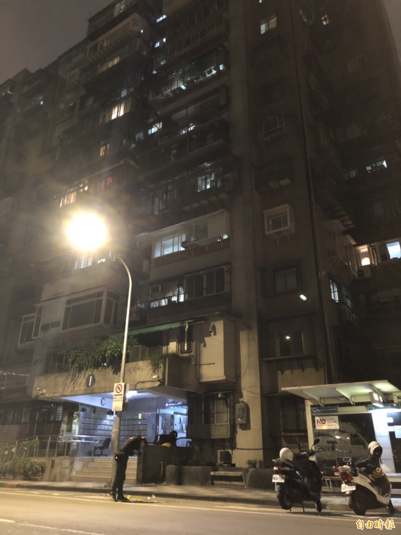 北市萬華區國興路的國宅大樓發生一起墜樓意外,一名年約3歲的幼童疑似自11樓墜落並撞擊地面,當下失去呼吸心跳。(記者王冠仁攝)