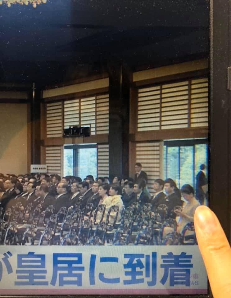 香港行政長官林鄭月娥被媒體拍下,在日本天皇大典席間低頭滑手機,引發輿論批評。(圖擷取自臉書_陶傑 Channel)