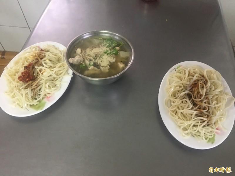 豆菜麵配肉羹,傳統好味道。(記者蔡宗勳攝)