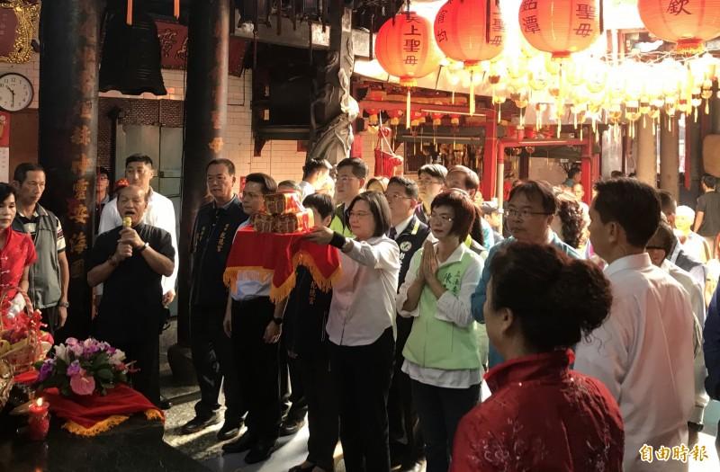 蔡英文今天到彰化拜廟,發表陳同佳來台投案的看法。(記者顏宏駿攝)
