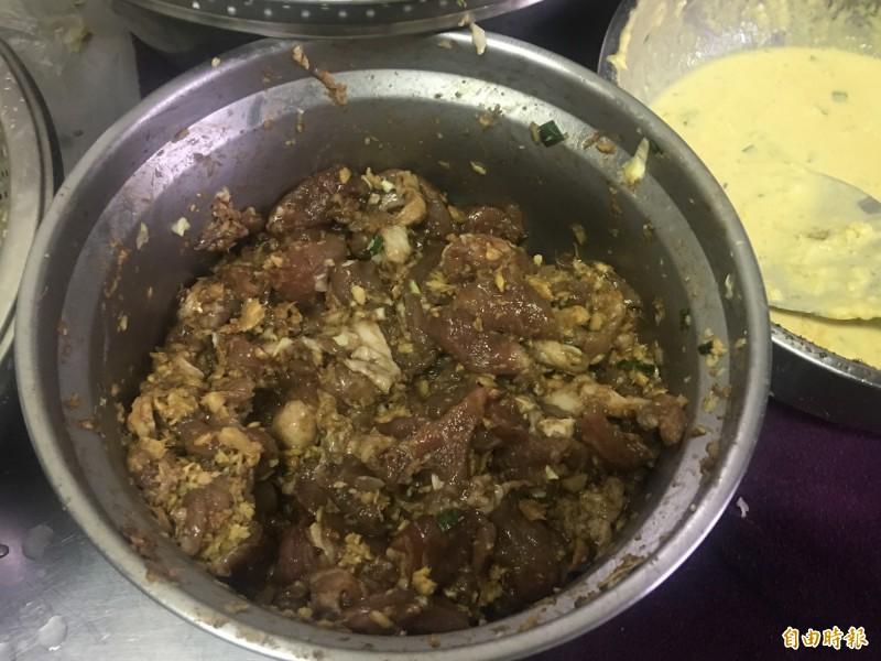 阿嬤ㄟ的肉嗲所用的豬肉先醃製過,味道更棒。(記者蔡宗勳攝)