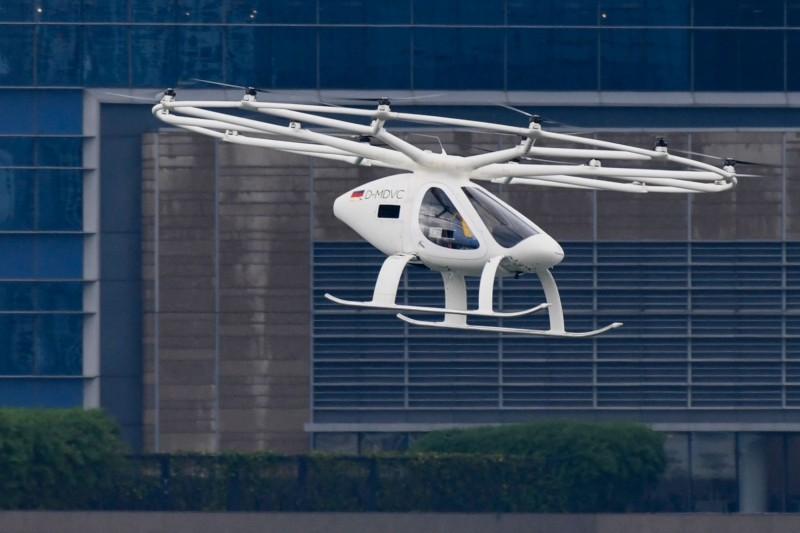 德國Volocopter開發的「空中計程車」VoloCity今天在新加坡進行試飛,成功在濱海灣上空飛行約2分30秒。(法新社)