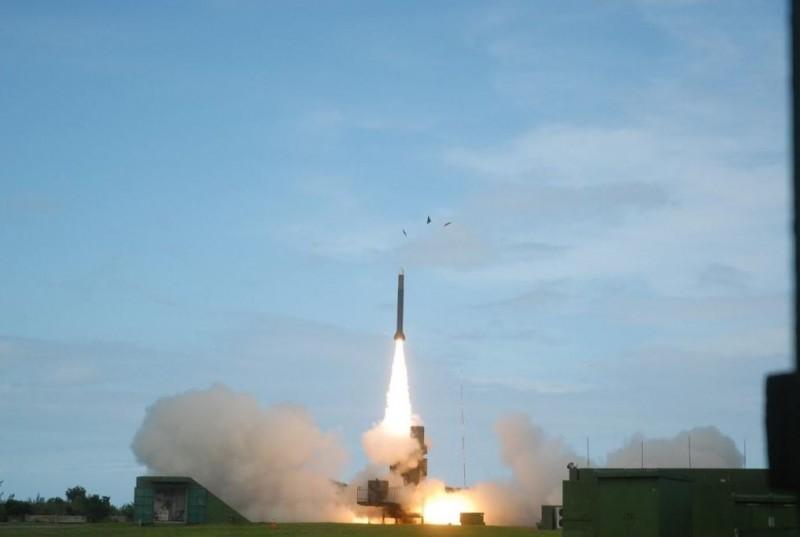 國軍地對地飛彈是以天弓防空飛彈研改而成。圖為天弓飛彈發射畫面。(中科院提供)