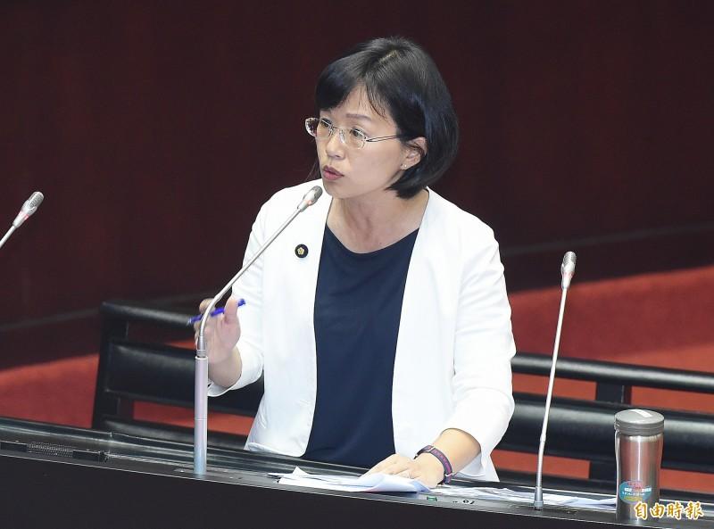民進黨立委蘇巧慧質詢提及,中國對台灣各大學、高中以落地優惠方式辦理交流團,光暑假某一間私立大學就列出36團,人數超過335人。(記者廖振輝攝)
