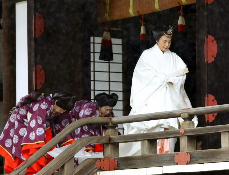 皇后雅子身穿「十二單衣」。(美聯社)