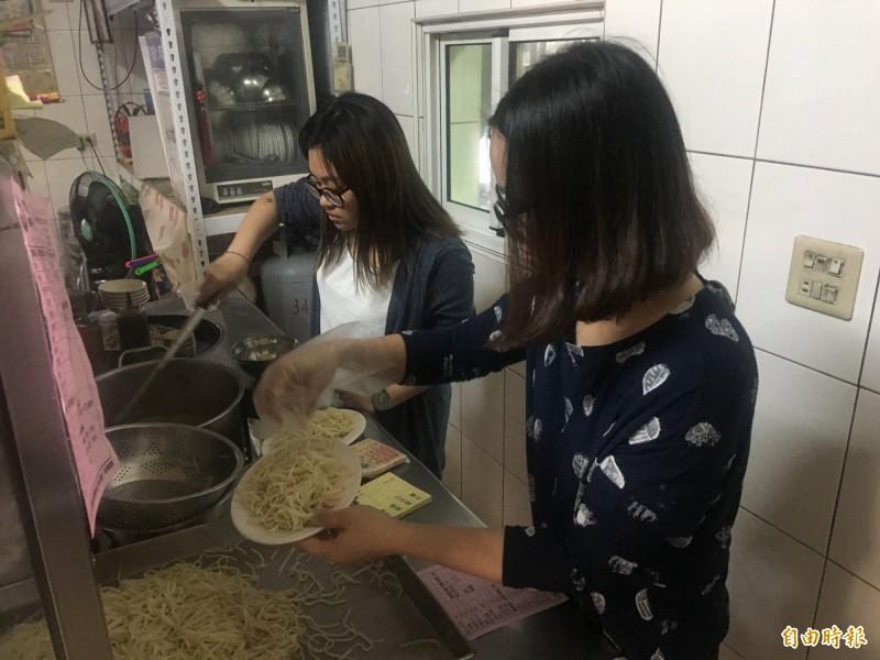 麵條煮熟放涼加上豆芽菜、醬汁,就是美味的豆菜麵。(記者蔡宗勳攝)