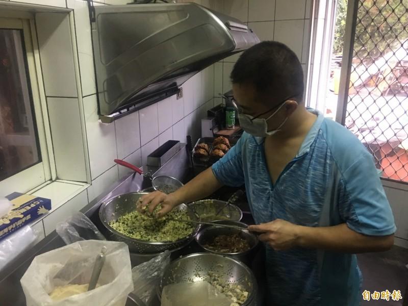 老闆正在製作肉嗲。(記者蔡宗勳攝)