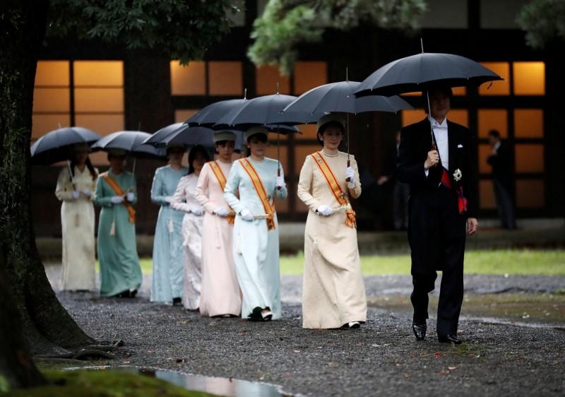 秋篠宮文仁親王一家撐傘參加儀式。(路透)