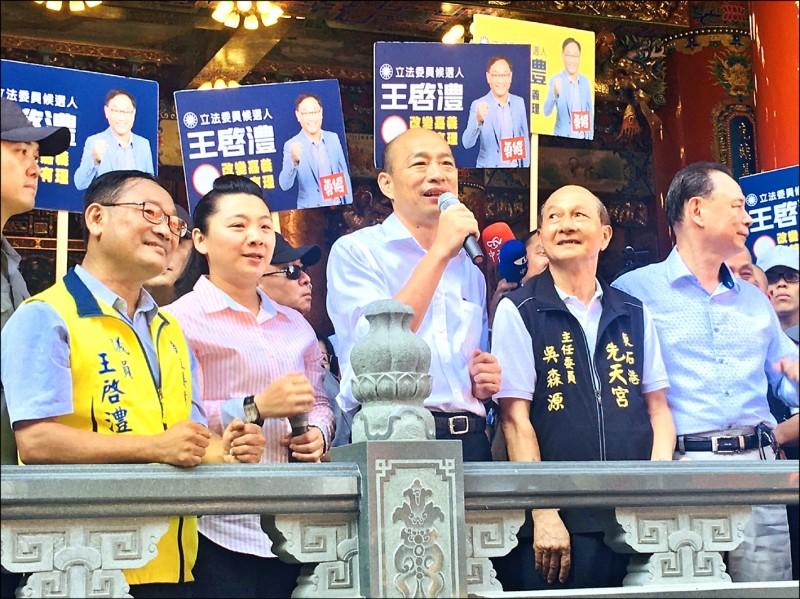 國民黨總統參選人韓國瑜昨到東石鄉先天宮參拜,祈求台灣國泰民安、風調雨順。(記者王善嬿攝)