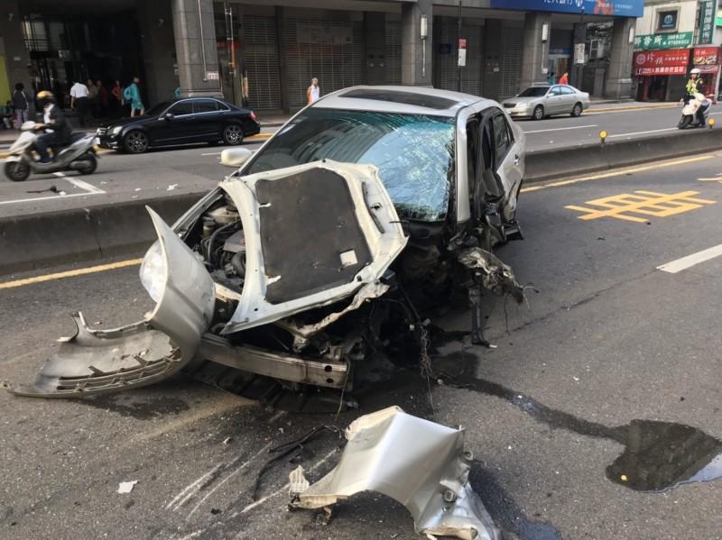 北捷永春站1號出口外清晨發生嚴重車禍。(記者姚岳宏翻攝)