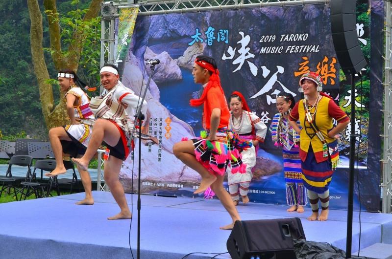 參與2019年太魯閣峽谷音樂節的東華大學民族學院舞團。(內政部提供)