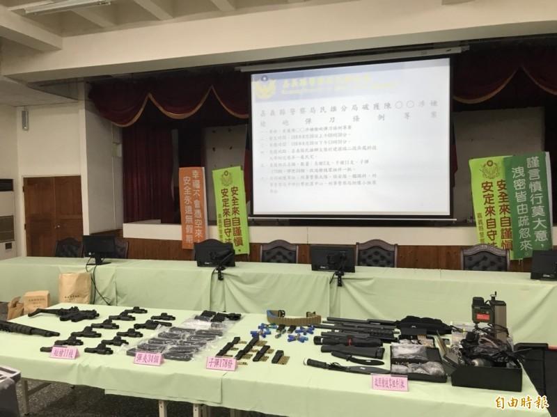 警方在陳志明身上起出的大批槍械。(記者林宜樟攝)