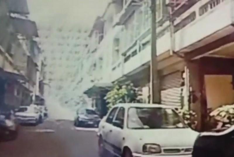 陳志明在租屋處扔擲爆裂物。(記者林宜樟翻攝)