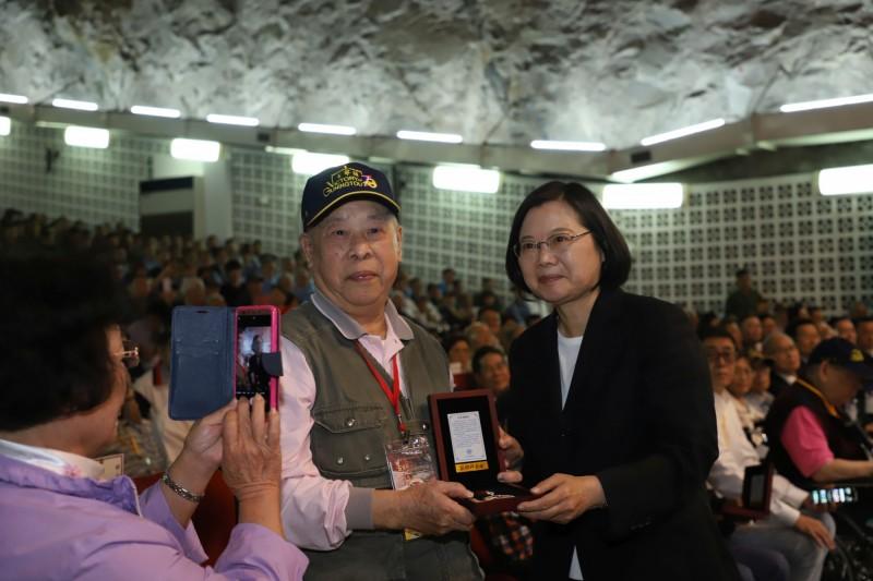 總統蔡英文(右)前往金門主持「古寧頭戰役70週年紀念活動」,並頒發古寧頭戰役70周年紀念章給參戰老英雄。(圖由國防部提供)